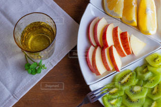 テーブルの上に食べ物のプレートの写真・画像素材[1775718]
