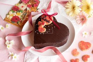 テーブルにバースデー ケーキのプレートの写真・画像素材[1779385]