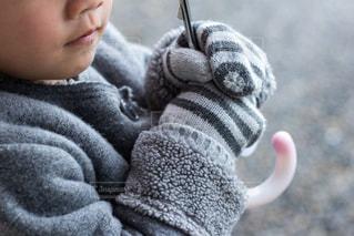 近くに赤ちゃんの手のアップの写真・画像素材[1800038]