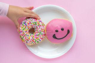 ピンクのドーナツを持っている手の写真・画像素材[1804457]