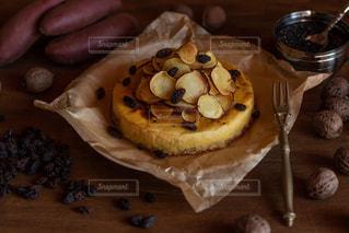 木製のテーブルの上に食べ物の写真・画像素材[1819710]