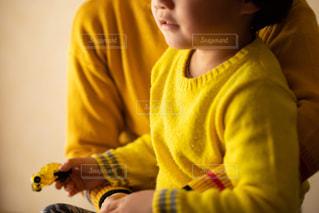 黄色いシャツの少年の写真・画像素材[1827470]