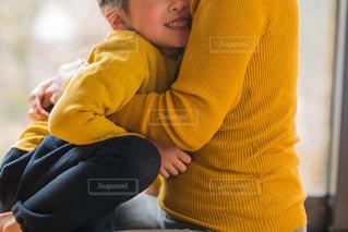 赤ん坊を持っている人の写真・画像素材[1829418]