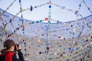 空に凧の飛行の人々 のグループの写真・画像素材[1831070]