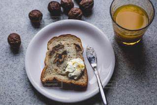 食品とコーヒーのカップのプレートの写真・画像素材[1851670]