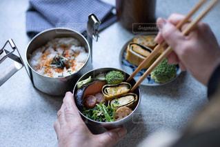 食品のボウルを持っている人の写真・画像素材[1853321]