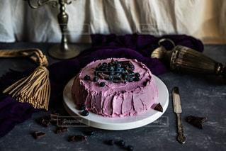 テーブルの上に座っているケーキの写真・画像素材[1882604]