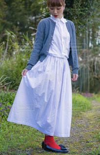 ドレスを着ている若い女の子の写真・画像素材[1883060]