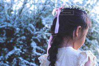 小さな女の子がカメラを見てください。の写真・画像素材[1884759]