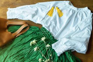 緑の毛布のベッドの写真・画像素材[2096892]