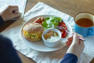 食卓の上の食べ物とコーヒーの皿の写真・画像素材[2096900]