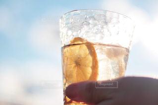 コップ一杯の水を持っている手の写真・画像素材[2107418]