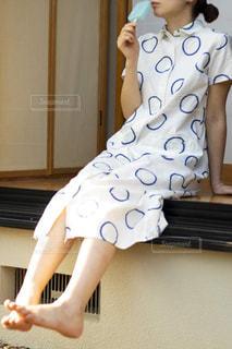 鏡の前に立っている女性がカメラのポーズをとっているの写真・画像素材[2110997]
