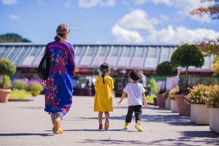 通りを歩いている小さな女の子の写真・画像素材[2129948]