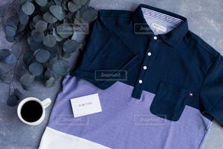 青いシャツを持った人の写真・画像素材[2139156]