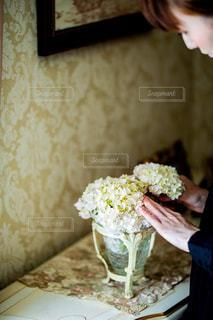 テーブルの上にケーキを1個持っている人の写真・画像素材[2140754]
