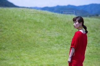 草の上に立っている小さな男の子の写真・画像素材[2169206]