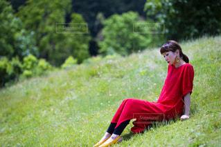 芝生に覆われた野原の上に座る少年の写真・画像素材[2169208]