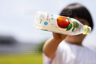瓶を持つ手の写真・画像素材[2214437]