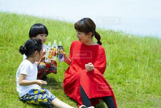 草の上に立っている小さな男の子の写真・画像素材[2214849]