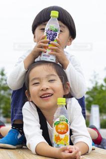 マドックス・ジョリー・ピットが赤ん坊を抱くの写真・画像素材[2218046]