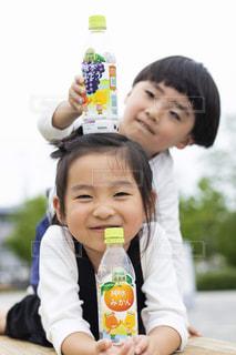 瓶を持った小さな子供の写真・画像素材[2218049]