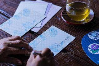 テーブルの上でコーヒーを一杯飲むの写真・画像素材[2261600]
