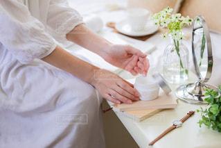 テーブルの上にケーキを置きまな板に座っている女性の写真・画像素材[2358947]