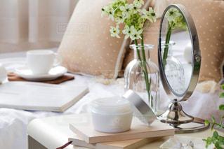 テーブルの上に花瓶をトッピングした白い皿の写真・画像素材[2358955]