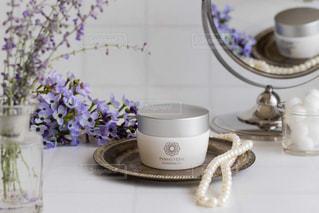 コーヒー1杯とテーブルの上の花瓶の写真・画像素材[2367156]