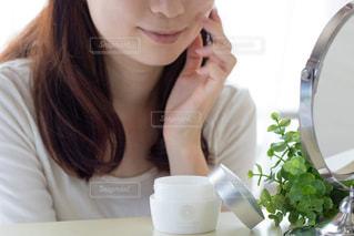 コップを持っている女性の写真・画像素材[2376313]