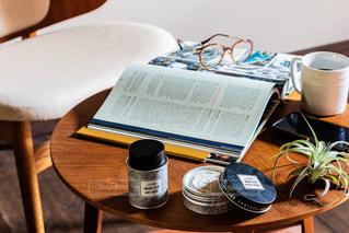 木製のテーブルの上に座っているコーヒー1杯の写真・画像素材[2433705]