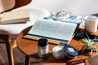 木製のテーブルの上に座っているコーヒー1杯の写真・画像素材[2433710]