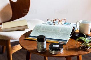 木製のテーブルの上にノートパソコンが置かれている机の写真・画像素材[2433712]