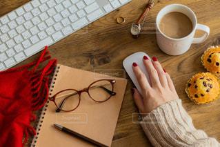 テーブルの上でコーヒーを一杯飲むの写真・画像素材[2439735]
