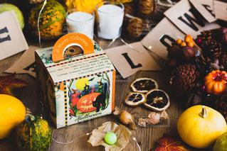 テーブルの上に座っている果物の束の写真・画像素材[2530599]