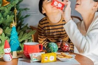 テーブルの上に座っている小さな子供の写真・画像素材[2731285]