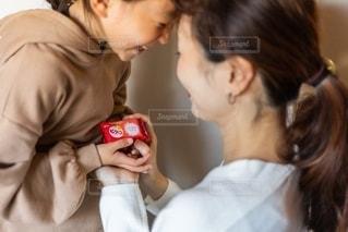 カメラを見ている少年と少女の写真・画像素材[2731314]