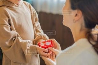 カメラを見ている男と女の写真・画像素材[2731316]
