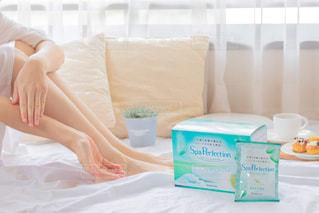 ベッドに座っている女性の写真・画像素材[2801057]