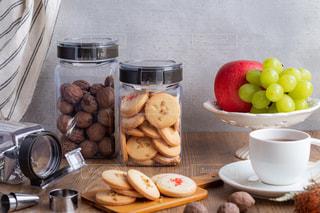 テーブルの上の食べ物のトレイの写真・画像素材[2873337]