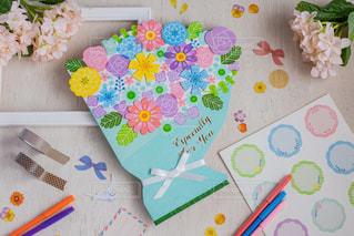 花はテーブルの上のケーキの一部に座っているの写真・画像素材[2892573]
