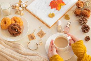 食べ物の皿とコーヒー1杯の写真・画像素材[2892674]