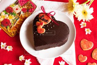 テーブルの上に果物が付くケーキの写真・画像素材[2928152]