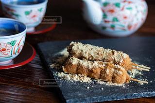 コーヒーを飲みながらテーブルの上に食べ物を間近で食べ物を食べなさいの写真・画像素材[2970881]