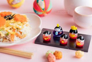 食べ物の皿をテーブルの上に置くの写真・画像素材[3020763]