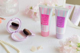 テーブルの上にピンクの花のグループの写真・画像素材[3032154]