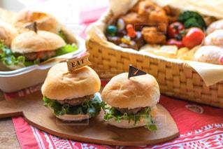 食べ物の皿の上に座っているサンドイッチの写真・画像素材[3121473]
