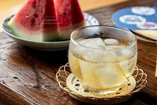 飲み物,インテリア,夏,スイカ,氷,ガラス,コップ,涼しい,食器,お茶,テーブルフォト,ドリンク,うちわ,ライフスタイル,麦茶