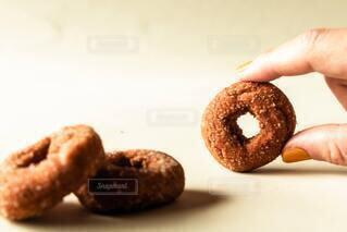 スイーツ,黄色,手,指,手持ち,人,お菓子,おいしい,ドーナツ,焼き菓子,マニキュア,手元